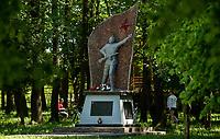 04.06.2015 wies Dubicze Cerkiewne woj podlaskie Wedlug najnowszego spisu ludnosci narodowosc bialoruska zadeklarowało 81,33% mieszkancow tej gminy  , ktora jednoczesnie ma jeden z najnizszych w Polsce wskaznikow przyrostu naturalnego n/z pomnik zolnierzy radzieckich poleglych na terenie gminy w czasie II wojny swiatowej w l. 1941-45 postawiony w 40 rocznice zakonczenia wojny w 1985 roku fot Michal Kosc / AGENCJA WSCHOD