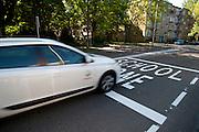 Verhogen van verkeersveiligheid voor schoolgaande kinderen door aangeven schoolzone  -  Road safety for school-children by Schoolzone sign