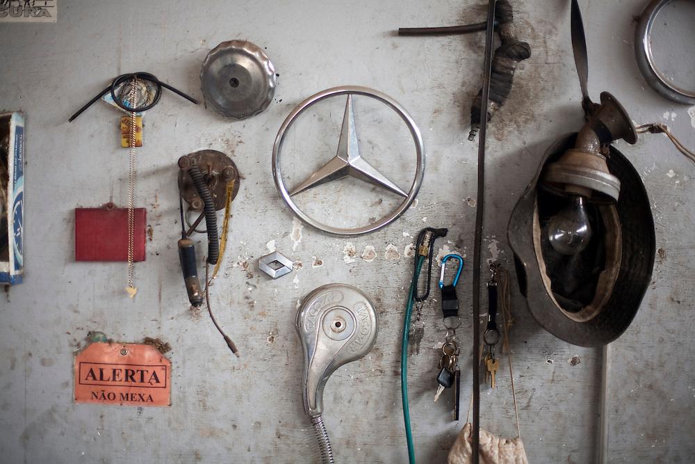 Nepomuceno_MG, Brasil...Detalhe de objetos na parede de uma borracharia...Detail of objects on the wall in the repair shop...Foto: LEO DRUMOND / NITRO