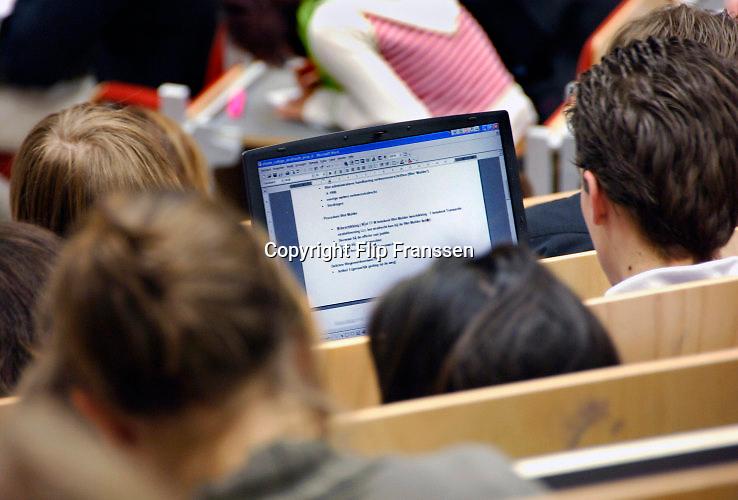 Nederland, Nijmegen, 13-3-2018Een college rechten bij de Radboud Universiteit . Student met laptop .Foto: Flip Franssen