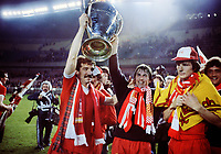 Fotball<br /> England historie<br /> Foto: Colorsport/Digitalsport<br /> NORWAY ONLY<br /> <br /> Graeme Souness (Liverpool) Left and Kenny Dalglish (Right) with the European Cup Trophy. Hansen-far right. European Cup Final 1981, LIverpool v Real Madrid.