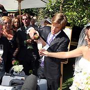 NLD/Laren/20070829 - Huwelijk Willibrord Frequin en Susanne Rastin, Nick Nielsen opend de champagne