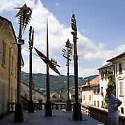Scultura in bronzo di Arnaldo Pomodoro: .gli scettri bronzo h da 550 a 600 cm..Bronze sculpture of Arnaldo Pomodoro:.The sceptres bronze h from 550 to 600 cm