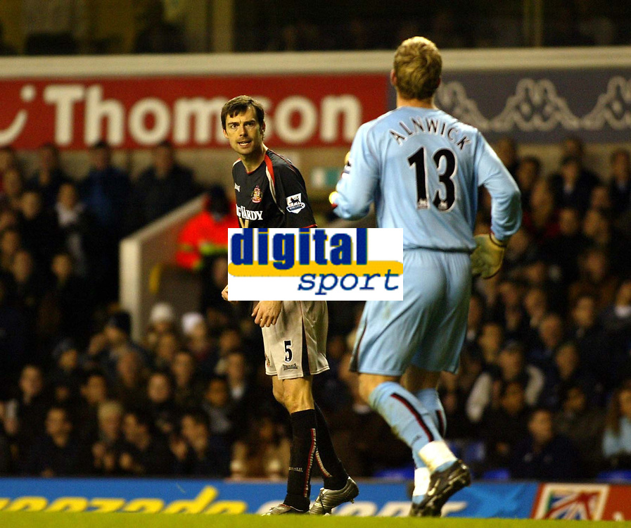 Photo: Chris Ratcliffe.<br />Tottenham Hotspur v Sunderland. The Barclays Premiership. 03/12/2005.<br />Gary Breen (L) has a go at Ben Alnwick after the mistake that led to Robbie Keane's goal