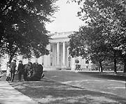 0613-B036. North entrance to the White House. Washington, DC, 1922