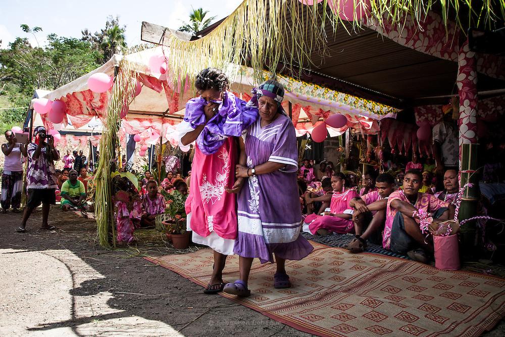 Le moment précis du mariage et du lien créé entre les clans est celui où la femme, vêtue de rose, symbole chromatique de son clan, est recouverte d'une robe mission à la couleur du clan de l'homme (le violet). Dès lors, elle quitte définitivement son clan d'origine et elle est emmenée sous les chants par l'une des femmes pour rejoindre son nouveau clan.   - Mariage Kanak  - Tribu de Méhoué, Canala – Nouvelle Calédonie – Septembre 2013