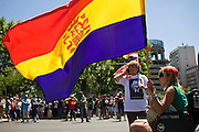 """The marchers held a rally from the Plaza de Colon to the industry ministry. Was scheduled to be held in a peaceful part of the organization. But acts of """"black march"""" ended violently. A group of demonstrators confronted the police.The flag is the Republican who represents much of the country's working class.<br /> The skirmishes lasted for 2 hours.The results were 76 wounded and 8 arrested."""