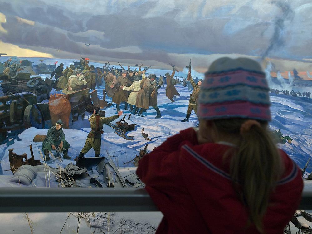 """Moskau/Russische Foederation, RUS, 10.05.2008: Maedchen betrachtet ein drei dimensionales Diorama welches die Schlacht von Stalingrad waehrend des 2. Weltkriegs darstellt. Das ganze im Museum des Grossen Vaterlaendischen Krieges in Moskau. Das Museum befindet sich auf dem Berg """"Poklonnaja Gora"""". Verbunden damit ist der sogenannte Siegespark mit einer offenen Darstellung von militaerischen Fahrzeugen, Flugzeugen und Kanonen.<br /> <br /> Moscow/Russian Federation, RUS, 10.05.2008: Girl viewing a three-dimensional model (diorama) about the Stalingrad battle during the Second World War at the Museum of the Great Patriotic War in Moscow at Poklonnaya Gora (Bowing Hill). Featured is the Victory Park with an open display of military vehicles, aircraft, cannons and the Central Museum building of the Great Patriotic War."""