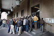 Spanje, Zaragoza, 11-2-2005Van 7 februari tot 7 mei kunnen 800.000 illegalen, immigranten, vluchtelingen die langer als zes maanden in Spanje wonen en komend half jaar vast werk hebben via een genaraal pardon, legalisering, een visum, verblijfsvergunning, voor uiteindelijk 5 jaar aanvragen. Ze komen uit zuid amerika, noord afrika, oost europa en midden afrika. Zwart werk wordt daarmee legaal. Arbeid, werk, arbeidsmarkt, werkvergunning, immigratie. In Zaragoza wachten constant tientallen op hun beurt om bij het loket in het gemeentehuis te komen om hun papieren te laten zien. In groepjes worden ze toegelaten. De politie houdt toezicht en orde.Foto: Flip Franssen/Hollandse Hoogte