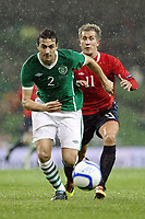 Fotball , 17. november 2010 , Privatkamp , Irland - Norge 1-2<br /> Norway's Morten Gamst Pederson chases down Ireland's Stephen Kelly <br /> <br /> Norway only