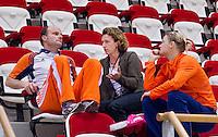 ALMERE - Training Nederlands Zaalhockeyteam dames  voor WK in Polen. Coordinator tophockey bij de dames, Marjolein Eijsvogel (m) op de tribune met bondscoach Joost van Geel en aanvoerder Marieke Dijkstra (R) .  ANP COPYRIGHT KOEN SUYK