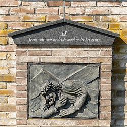 08-04-2020: Nieuws: Stockfotos: Nederland<br /> Uitbeelding lijdensweg Christus in Zenderen bij het Carmelitessenklooster