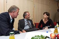 """26 APR 2004, BERLIN/GERMANY:<br /> Michael Spreng (L), Medien- und Kommunikationsberater, Matthias Machnig (M), Mitglied der Geschaeftsfuehrung von Booz Allen Hamilton und ehem. SPD Bundesgeschaeftsfuehrer, und Sandra Maischberger (R), TV-Journalistin und Moderatorin, im Gespraech, Kongress """"Politik als Marke - Politik zwischen Kommunikation und Inszenierung"""", ein Projekt der Politikfabrik, dbb Forum Berlin<br /> IMAGE: 20040426-02-054<br /> KEYWORDS: Gespräch"""