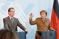 10 JAN 2007, BERLIN/GERMANY:<br /> Franz Muentefering (L), SPD, Bundesarbeitsminister, und Angela Merkel (R), CDU, Bundeskanzlerin, waehrend einer Pressekonferenz zu den Ergebnissen der vorangegangenen Kabinettsitzung, Bundeskanzleramt<br /> IMAGE: 20070110-01-022<br /> KEYWORDS: Franz Müntefering