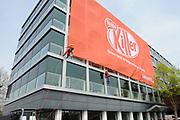 Greenpeace voert  actie bij Nestle<br /> <br /> Aan de gevel van het kantoor is een enorm spandoek opgehangen met de tekst 'Give me a break!' Nog steeds gebruikt Nestlé 'foute' palmolie van Sinar Mas. Deze producent kapt op grote schaal oerbos in Indonesië om palmolieplantages aan te leggen.