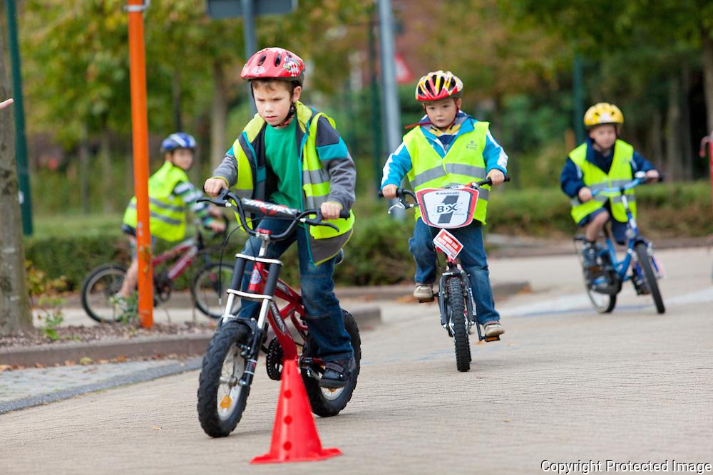 364795-Strapdag op BS De Wegwijzer-kinderen moeten met hun fietsjes een parkoers afleggen-streepstraat morkhoven