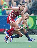 AMSTERDAM - Hockey - Emily Maguire (GB) met Kitty van Male (Neth).   Interland tussen de vrouwen van Nederland en Groot-Brittannië, in de Rabo Super Serie 2016 .  COPYRIGHT KOEN SUYK