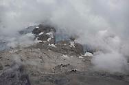 Vista sul ghiacciaio della Marmolada con il rifugio Pian dei Fiacconi più in basso e il Rifugio Ghiacciaio più in alto. Fino a 10 anni fa il ghiacciaio gli raggiungeva entrambi. Trentino, Agosto 2020.