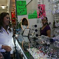 Toluca, México.- Mónica Fragoso Maldonado, candidata a la presidencia municipal de Toluca por el PAN comenzó sus actividades proselitistas este día con una conferencia de prensa y a recorrer las calles del centro de la capital mexiquense. Agencia MVT / José Hernández