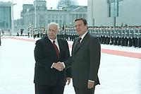 05 JUL 2001, BERLIN/GERMANY:<br /> Ariel Sharon (L), Premierminister Israel, und Gerhard Schroeder (R), SPD, Bundeskanzler, Begruessung vor dem Bundeskanzleramt, im Hintergrund das angetretene Wachbataillon der Bundeswehr und das Reichstagsgebaeude<br /> IMAGE: 20010705-01/01-28<br /> KEYWORDS: Bundeswehr, army, Soldat, Soldaten, Uniform, Gerhard Schröder, Handshake