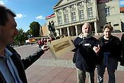 Duitsland, Weimar, 25-5-2004..Het theater met het standbeeld van Schiller en Goethe ervoor. Toeristen krijgen uitleg van een stadsgids die een oude kaart van Weimar laat zien. Dagjesmensen, toeristen, cultuur, toneelschrijvers..Foto: Flip Franssen/Hollandse Hoogte