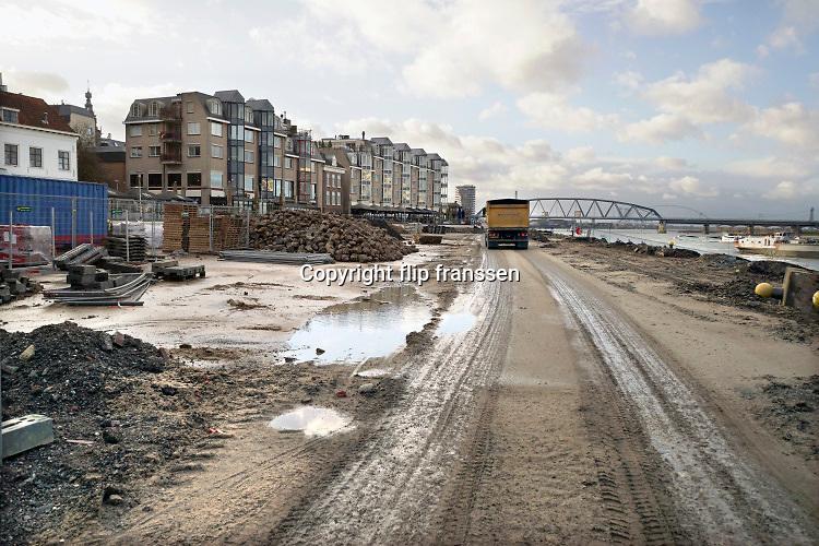Nederland, nijmegen, 8-12-2018 De Waalkade is weer toe aan een reconstructie, herinrichting. Het plan is meer groen en meer ruimte voor recreatie en voetgangers. De auto zal niet meer terugkomen. Foto: Flip Franssen
