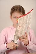 """- Arvit und Kathi bauen einen Drehflügler """"Knochen"""". Das Modell kann gut als Luftwellengleiter oder Luftwellensurfer (engl. Walkalong Gleider) genannt verwendet werden."""