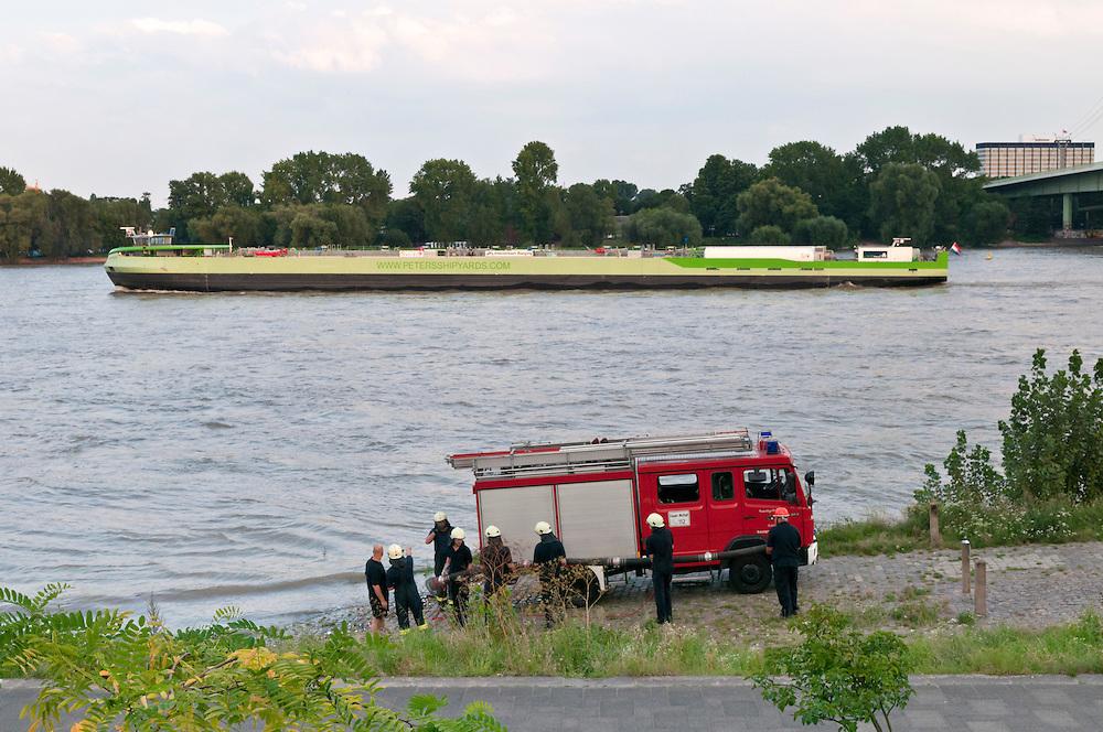 Deutschland, NRW, Nordrhein-Westfalen, Köln,Feuerwehr bei einer Übung am Rheinufer | Germany, Cologne firefighters practicing pumping water at the river banks of the Rhine