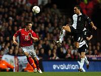 Fotball<br /> Privatlandskamp<br /> England v Nederland<br /> 9. februar 2005<br /> Foto: Digitalsport<br /> NORWAY ONLY<br /> Denny Landzaat of Holland intercepts Owen Hargreaves of England