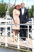 Koning Willem-Alexander en koningin Maxima brengen een streekbezoek aan Noardwest Fryslan.<br /> <br /> King Willem-Alexander and Queen Maxima bring a regional visit to Northwest Friesland<br /> <br /> Op de foto / On the photo: Aankomst bij het gemeentehuis Harlingen  /// Arrival at the town Hall Harlingen