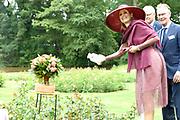 Koningin Maxima onthult en doopt een nieuwe roos tijdens een landelijk symposium van de Nederlandse Rozenvereniging en de gemeente Oldambt in het Rosarium in Winschoten. De roos is ontwikkeld ter ere van het vijftigjarig bestaan van het Rosarium en het daarvoor door de gemeente Oldambt uitgeroepen Jaar van de Roos. <br /> <br /> Queen Maxima reveals and bounces a new rose during a national symposium of the Dutch Rosary Society and the Oldambt municipality in the Rosarium in Winschoten. The rose was developed in honor of the 50th anniversary of the Rosarium and the Year of the Rose declared by the municipality of Oldambt.