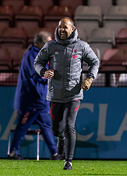 LONDON, ENGLAND - Friday, October 30, 2020: Liverpool's Under-23 coach Barry Lewtas celebrates after the Premier League 2 Division 1 match between Arsenal FC Under-23's and Liverpool FC Under-23's at Meadow Park. Liverpool won 1-0. (Pic by David Rawcliffe/Propaganda)