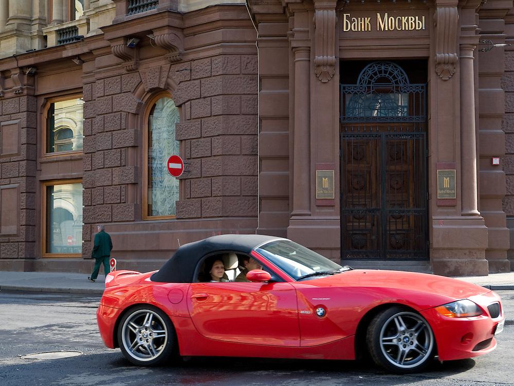 Strassenszene mit einem Luxus Auto vor einer Filiale der Bank von Moskau im Zentrum der russischen Hauptstadt.<br /> <br /> Streetscene with a luxery car infront of a Bank of Moscow branch in the city center of the Russian metropolis.
