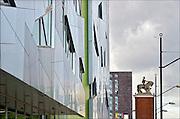 Nederland, Nijmegen, 26-5-2015Standbeeld van een ruiter, man te paard, op de stationstoren aan het stationsplein in nijmegen. Het is van Jo Uitenwaal uit 1953. Inmiddels is het ingeklemd door nieuwe gebouwen met moderne architectuur.FOTO: FLIP FRANSSEN/ HOLLANDSE HOOGTE