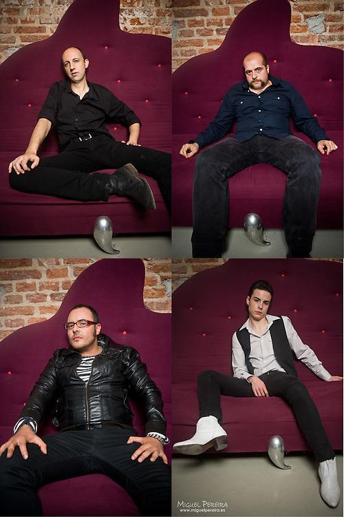 The Dragsters: David Morticia, guitarra y coros; Paco Priego, batería; Rafa Moratilla, bajo y coros; y Sergio Surface, voz y guitarra. .Maquillaje: Olaya Ramírez......