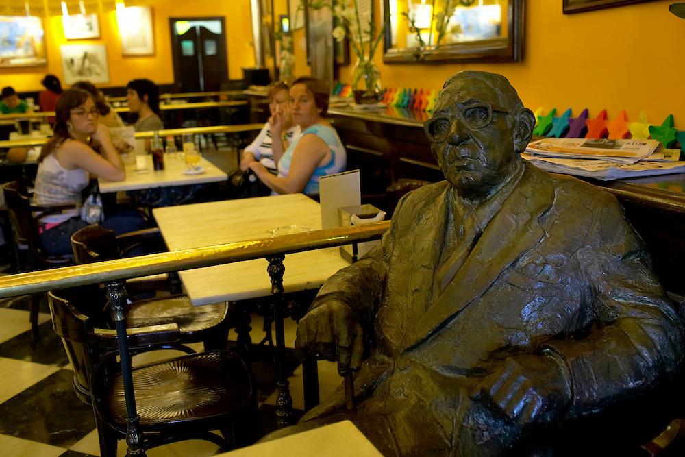 España. Castilla-La Mancha. Salamanca <br /> Estatua de Torrente Ballester en el Café Novelty<br /> <br /> © JOAN COSTA