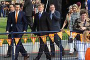 Prins Willem-Alexander en Prinses Maxima zijn op de basisscholen De Triangel en Het Palet om met een fluitsignaal de Koningsspelen te openen. Ruim 1,3 miljoen kinderen van 65.000 scholen doen mee aan deze sportdag, een cadeau van alle schoolkinderen in Nederland aan het aanstaande koningspaar. <br /> <br /> Prince Willem-Alexander and Princess Maxima are on the primary school the Triangle and Palette With a whistle they will open the games. More than 1.3 million children from 65,000 schools participate in these sports day, a gift of all schoolchildren in the Netherlands to the future King and Queen.<br /> <br /> Op de foto / On the photo:  Prinses Maxima en Prins Willem Alexander krijgen een rondleiding over het veld waar de koningspelen worden gehouden.<br /> <br /> Princess Maxima and Prince Willem Alexander get a tour on the field where the king Play's being held