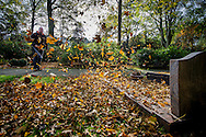 Foto: Gerrit de Heus. Den Haag. 03-11-2015. Bladblazer op de begraafplaats.