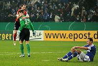 Fotball<br /> Tyskland<br /> 18.12.2012<br /> Foto: Witters/Digitalsport<br /> NORWAY ONLY<br /> <br /> Schlussjubel v.l. Zdenek Pospech, Torwart Christian Wetklo (Mainz), Enttaeuschung Benedikt Hoewedes (Schalke)<br /> Fussball, DFB-Pokal, Achtelfinale, FC Schalke 04 - FSV Mainz 05 1:2