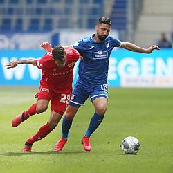 Christopher Trimmel (1.FC Union Berlin) im Zweikampf mit Munas Dabbur (TSG 1899 Hoffenheim)<br /> <br /> Sport: Fussball: Bundesliga: Saison 19/20: TSG 1899 Hoffenheim-1.FC Union Berlin, 20.06.2020.<br /> <br /> Foto: RALF POLLER/AVANTI/POOL/PIX-Sportfotos<br /> <br /> Nur für journalistische Zwecke! Only for editorial use! <br /> Gemäß den Vorgaben der DFL Deutsche Fußball Liga ist es untersagt, in dem Stadion und/oder vom Spiel angefertigte Fotoaufnahmen in Form von Sequenzbildern und/oder videoähnlichen Fotostrecken zu verwerten bzw. verwerten zu lassen. DFL regulations prohibit any use of photographs as image sequences and/or quasi-video.