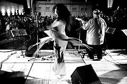 Ballerina di pizzica durante un concerto a Lecce nei pressi di Porta Rudiae per i festeggiamenti dei Santi Patroni Oronzo, Giusto e Fortunato il 24/25/26 agosto 2009. 26/08/2009 (PH Gabriele Spedicato)..La pizzica, o, detta nella sua forma più tradizionale pizzica pizzica, è una danza popolare attribuita oggi particolarmente al Salento, ma in realtà era praticata sino agli anni '70 del XX sec. in tutta la Puglia centro-meridionale e in Basilicata..Fa parte della grande famiglia delle tarantelle, come si usa chiamare quel variegato gruppo di danze diffuse dall'Età Moderna nell'Italia meridionale..I festeggiamenti per il patrono Sant'Oronzo durano tre giorni (dal 24 al 26 agosto). La manifestazione religiosa tocca il suo apice durante la processione per le vie del centro storico, il 24 agosto. I restanti giorni sono caratterizzati da concerti, manifestazioni teatrali e concerti in piazza. Chiude la tre giorni di festa lo spettacolo pirotecnico.
