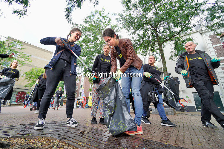 Nederland, Nijmegen, 15-6-2019Plastic afval opruimen. Vrijwilligers ruimen plastic op in destad. Verbeter de wereld, begin bij jezelf.. Landelijke actie van National Geographic StopMetPlastic, Nijmegen doet  ook mee. Foto: Flip Franssen