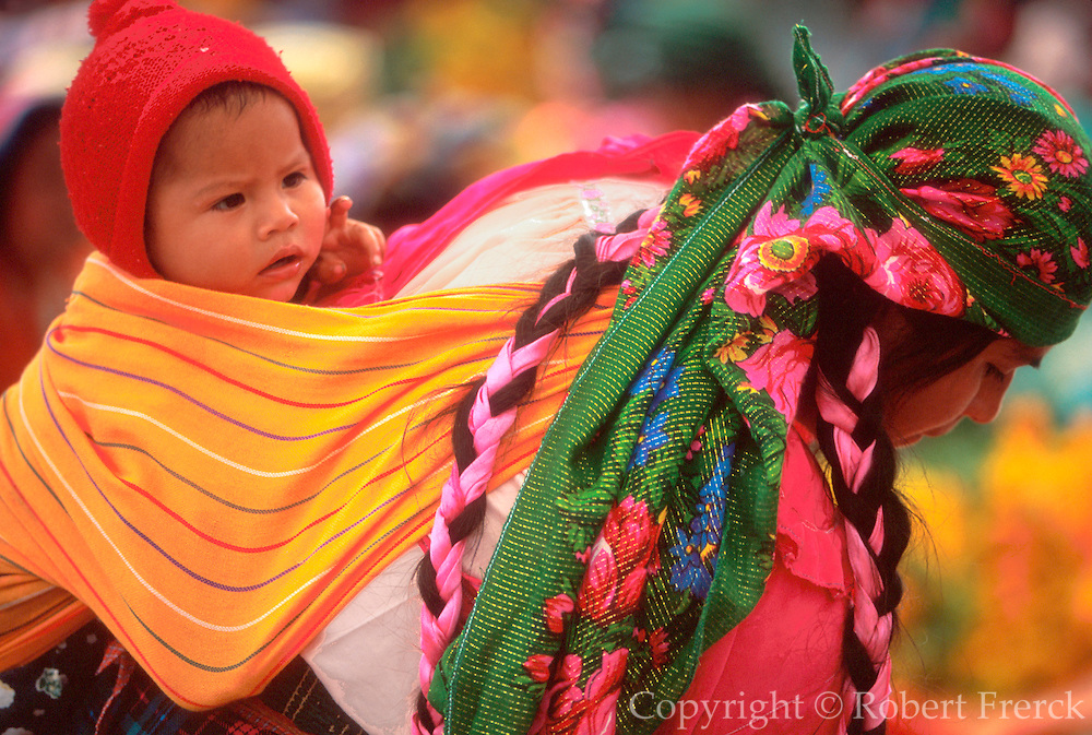 MEXICO, MARKETS, OAXACA STATE Tlacolula town 33K S of Oaxaca Sunday market; Zapotec Indian woman and child