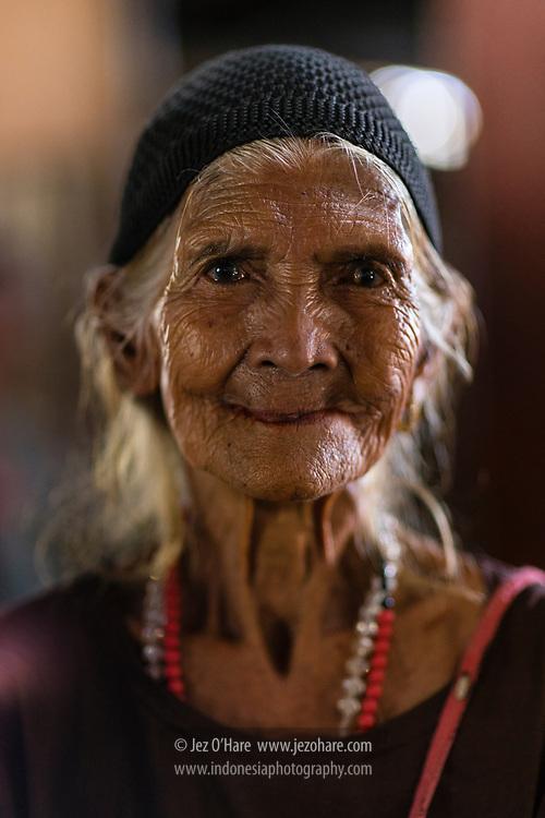 Ibu Peda Daido (100 tahun), Pasar Tambolaka, Sumba Barat Daya, Nusa Tenggara Timur, Indonesia.