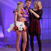 NLD/Hilversum/20110304 - Sterren Dansen op het IJs show 6, Michael Boogerd en Darya Nucci en Nance Coolen