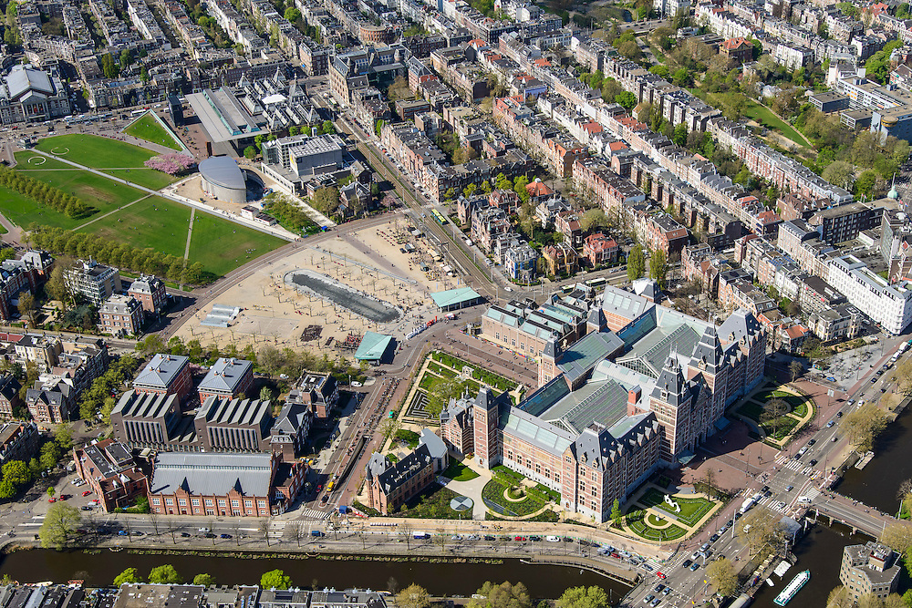 Nederland, Noord-Holland, Amsterdam, 09-04-2014; het gerenoveerde Rijksmuseum aan de Stadhouderskade met zicht op het Museumplein en omgeving. Langs de rechterkant van het Museumplein het Van Goghmuseum, het Stedelijk Museum Amsterdam en tenslotte het Concertgebouw aan de kopse kant.<br /> Voorgrond Hobbemakade met Zuiderbad.  In het linker frontperk een beeld van Henry Moore.<br /> <br /> View on the newly renovated worldfamous Rijksmuseum and surroundings on the Stadshouderskade and the Museumplein, the Van Goghmuseum and the Stedelijk Museum, next to the museum the historic swimming pool Zuiderbad. The Concertgebouw in the back left.<br /> luchtfoto (toeslag op standard tarieven);<br /> aerial photo (additional fee required);<br /> copyright foto/photo Siebe Swart