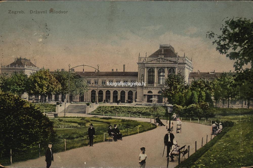 Zagreb : Državni kolodvor. <br /> <br /> ImpresumS. l. : S. n., [između 1918 i 1924].<br /> Materijalni opis1 razglednica : tisak ; 9 x 13,9 cm.<br /> Vrstavizualna građa • razglednice<br /> ZbirkaGrafička zbirka NSK • Zbirka razglednica<br /> ProjektPozdrav iz Hrvatske • Pozdrav iz Zagreba<br /> Formatimage/jpeg<br /> PredmetZagreb –– Trg kralja Tomislava<br /> SignaturaRZG-TOM-41<br /> Obuhvat(vremenski)20. stoljeće<br /> NapomenaRazglednica je putovala.<br /> PravaJavno dobro<br /> Identifikatori000953684<br /> NBN.HRNBN: urn:nbn:hr:238:846820 <br /> <br /> Izvor: Digitalne zbirke Nacionalne i sveučilišne knjižnice u Zagrebu