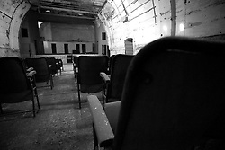 Sedendosi sui sedili rimasti del vecchio cinema Massimo di Lizzano (Ta), si può ancora respirare l'atmosfera che aleggia nel teatro ormai abbandonato. Un'atmosfera antica, ma genuina e soprattutto lontana anni luce dalle atmosfere moderne e confortevoli dei cinema odierni.