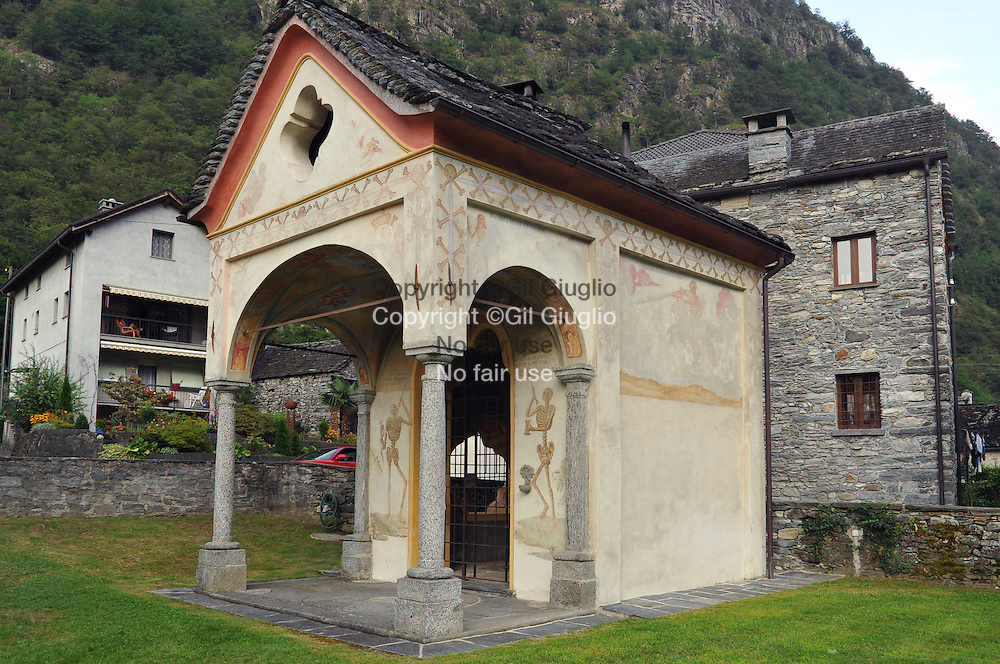 Suisse, canton du Tessin, Val Magia, ossuaire de coglio (1765)  // Switzerland, Tecino canton, Val Maggia, ossuary of Coglio 51765)