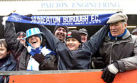 Photo: Leigh Quinnell.<br /> Nuneaton Borough v Middlesbrough. The FA Cup.<br /> 07/01/2006. Nuneaton fans get ready for the match.